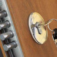 ¿Sabias que se puede colocar otra cerradura a tu puerta blindada?